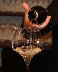 グラスにワインを注ぐ写真